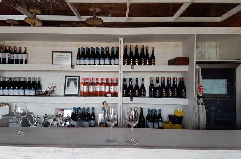 Et Cetera's tasting bar