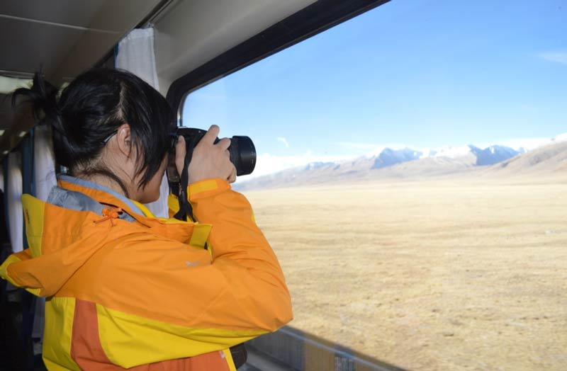Sightseeing from the Tibet Train