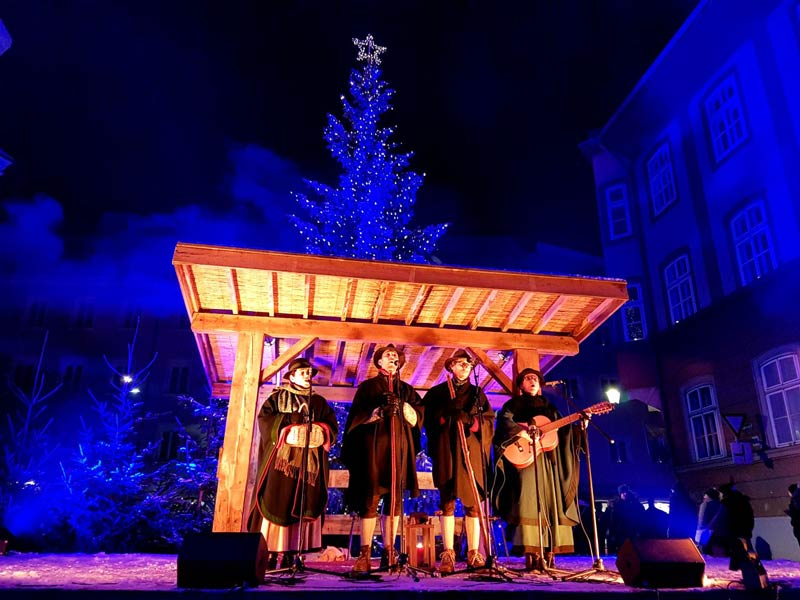 Local musicians perform at the Rattenberg Adventmarkt.